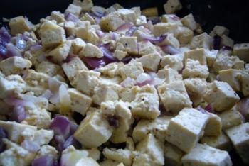 Rode ui, knoflook en tofu