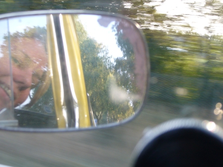 Lieke kijkt in de spiegel