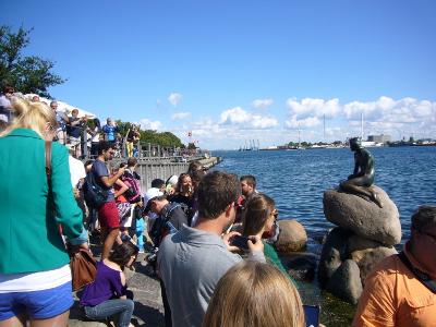 Den Lille Havfrau omringt met toeristen